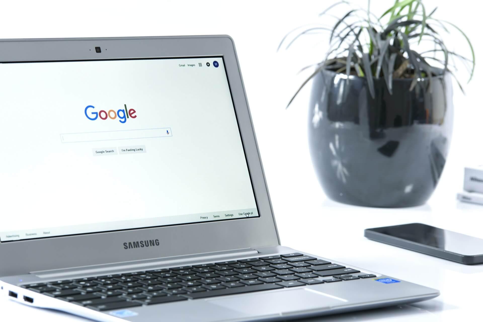 Laptop auf dem Google geöffnet ist